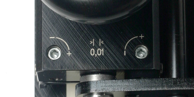 The two calibration dial are operated with a hex screwdriver. Each turn adjusts the width by 0.01mm.